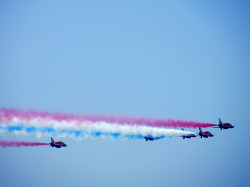 Red Arrows flying away